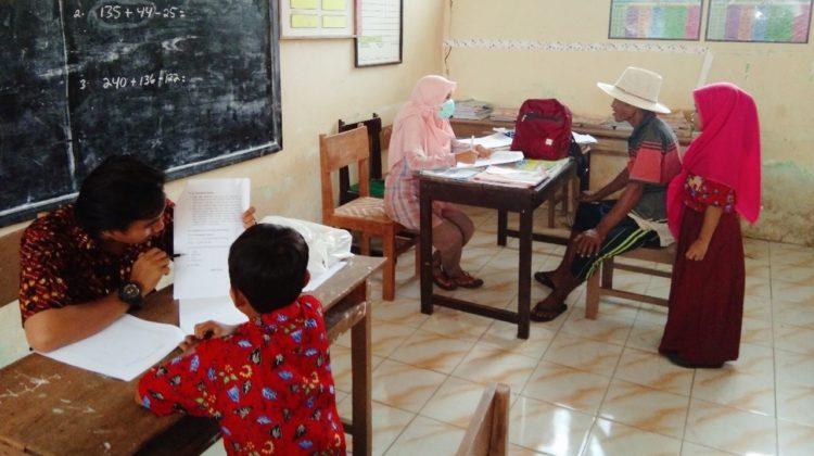 Tim Abdimas sedang mengukur literasi kemampuan membaca siswa dan melakukan survey terhadap orang tua siswa di SDN Sokarame Timur I