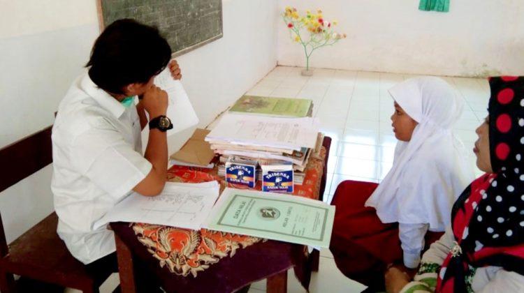Tim Abdimas sedang mengukur literasi kemampuan membaca siswa yang di dampingi orang tuanya di SDN Talaga 2