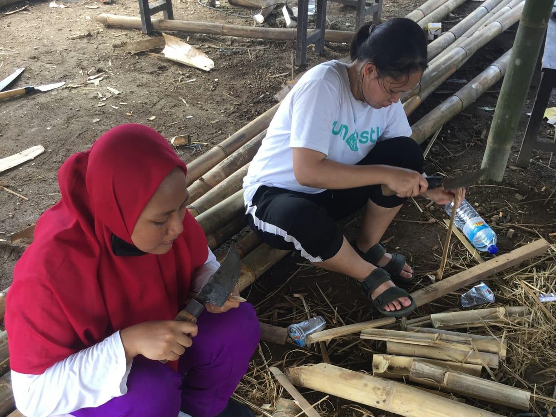 Dua-mahasiswi-ITS-yang-sedang-mengerjakan-salah-satu-tahapan-pengolahan-bambu.