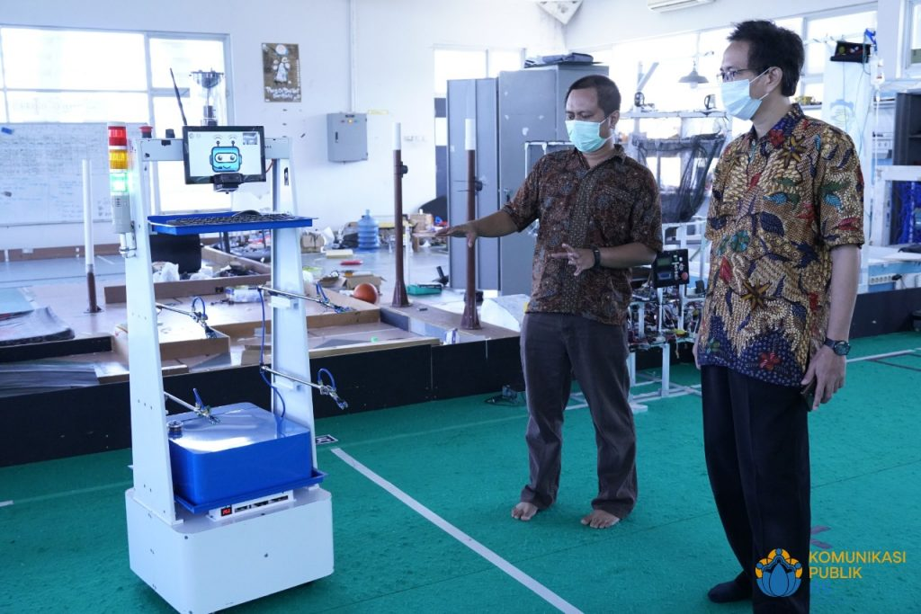Disinfectant version of the RAISA Robot presented to ITS Rector