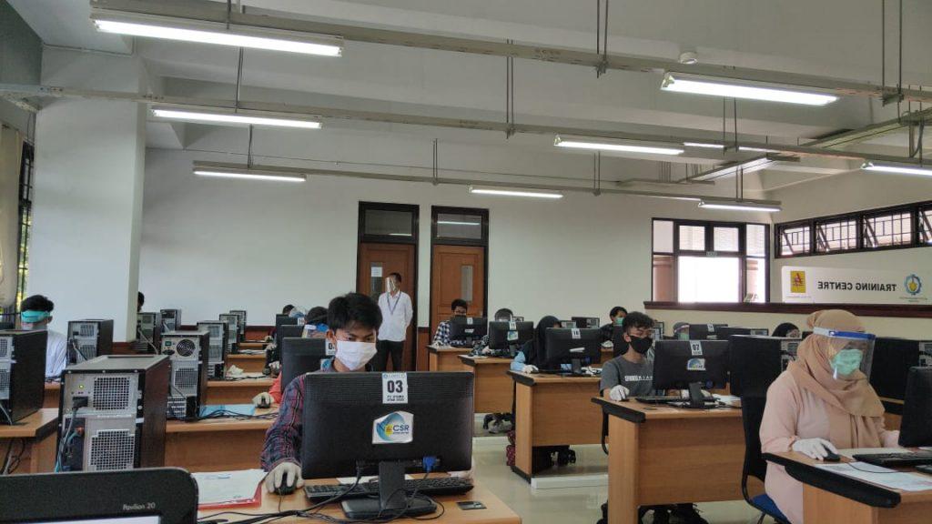 Para peserta UTBK saat mengikuti ujian di ITS