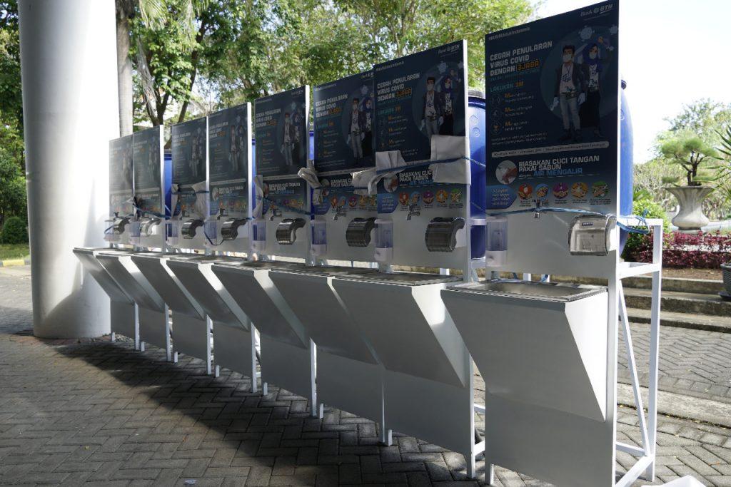 Delapan unit wastafel portabel yang diberikan oleh BTN kepada ITS