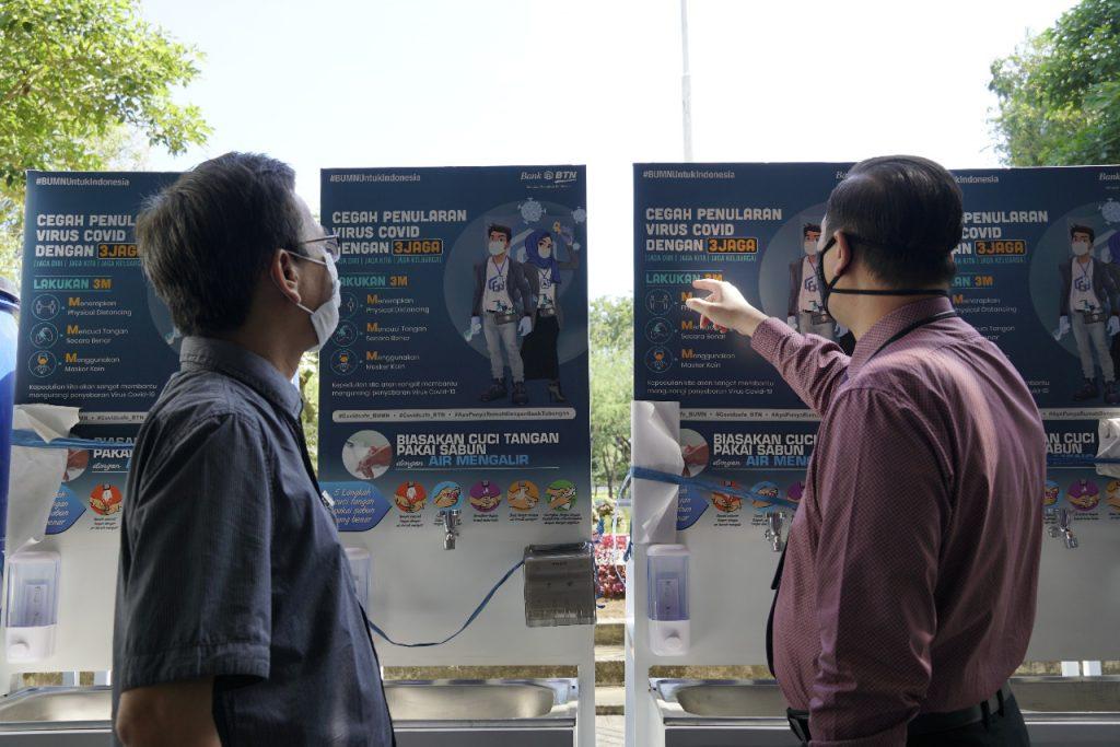 Rektor ITS Prof Dr Ir Mochamad Ashari M Eng bersama Kepala Cabang BTN Kantor Cabang Surabaya Herman Soesanto di depan wastafel yang merupakan bantuan program CSR dari BTN