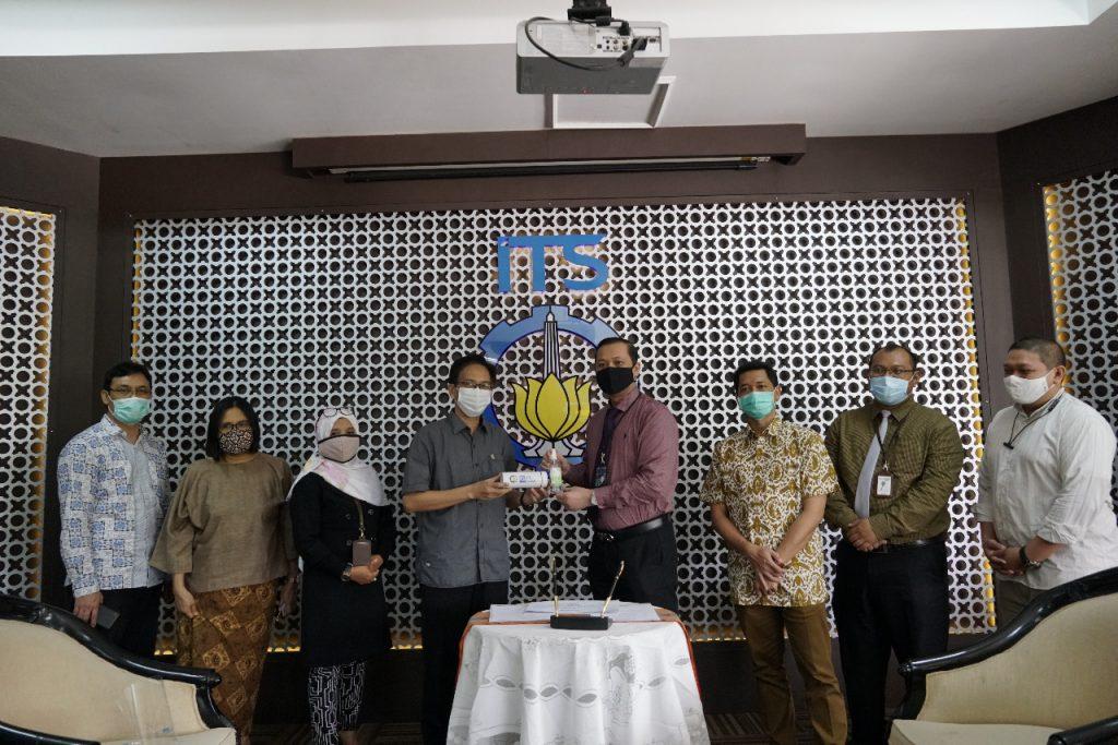 Penyerahan bantuan wastafel portabel oleh BTN yang dilakukan secara simbolis oleh perwakilan BTN Cabang Surabaya kepada ITS