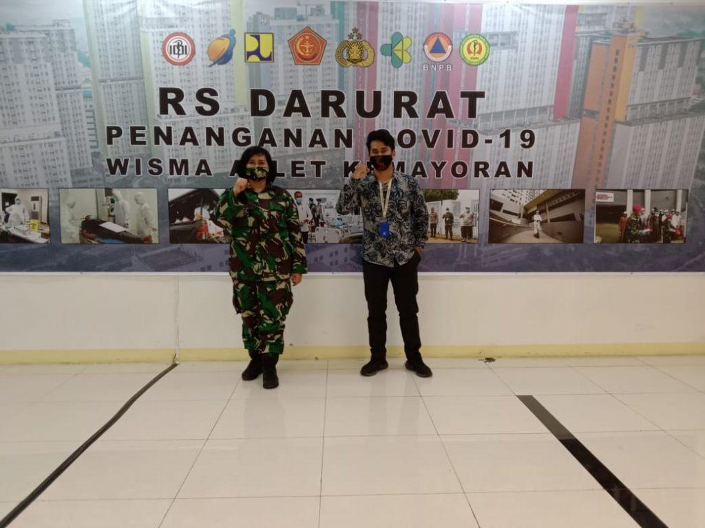 Tim PT ITS Tekno Sains yang diwakili oleh Noer Indra (kanan) menyerahkan robot RAISA ke RS Darurat Wisma Atlet, Jakarta