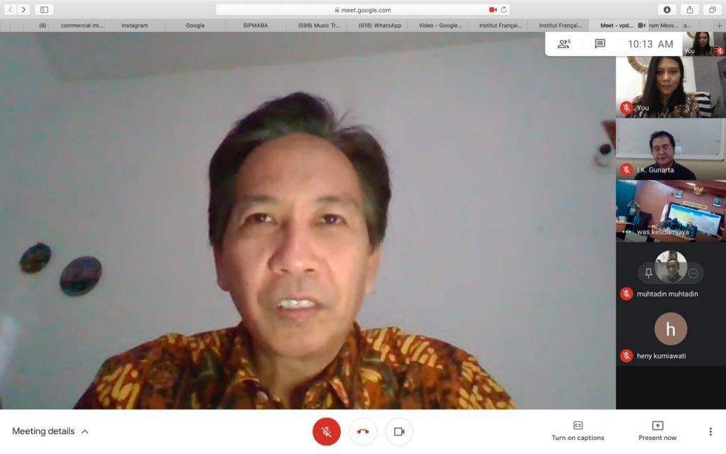 Rektor ITS Prof Dr Ir Mochamad Ashari MEng saat serah terima robot RAISA untuk RS Darurat Wisma Atlet, Jakarta secara daring