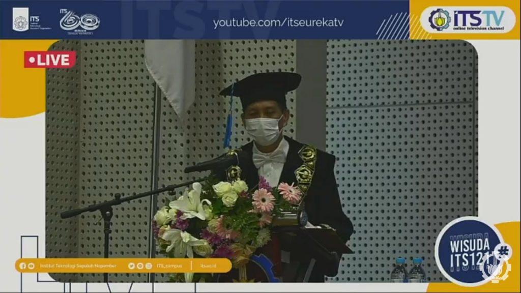 Rektor ITS Prof Dr Ir Mochmad Ashari MEng memberikan sambutannya di Gedung Research Center ITS yang juga ditampilkan secara virtual