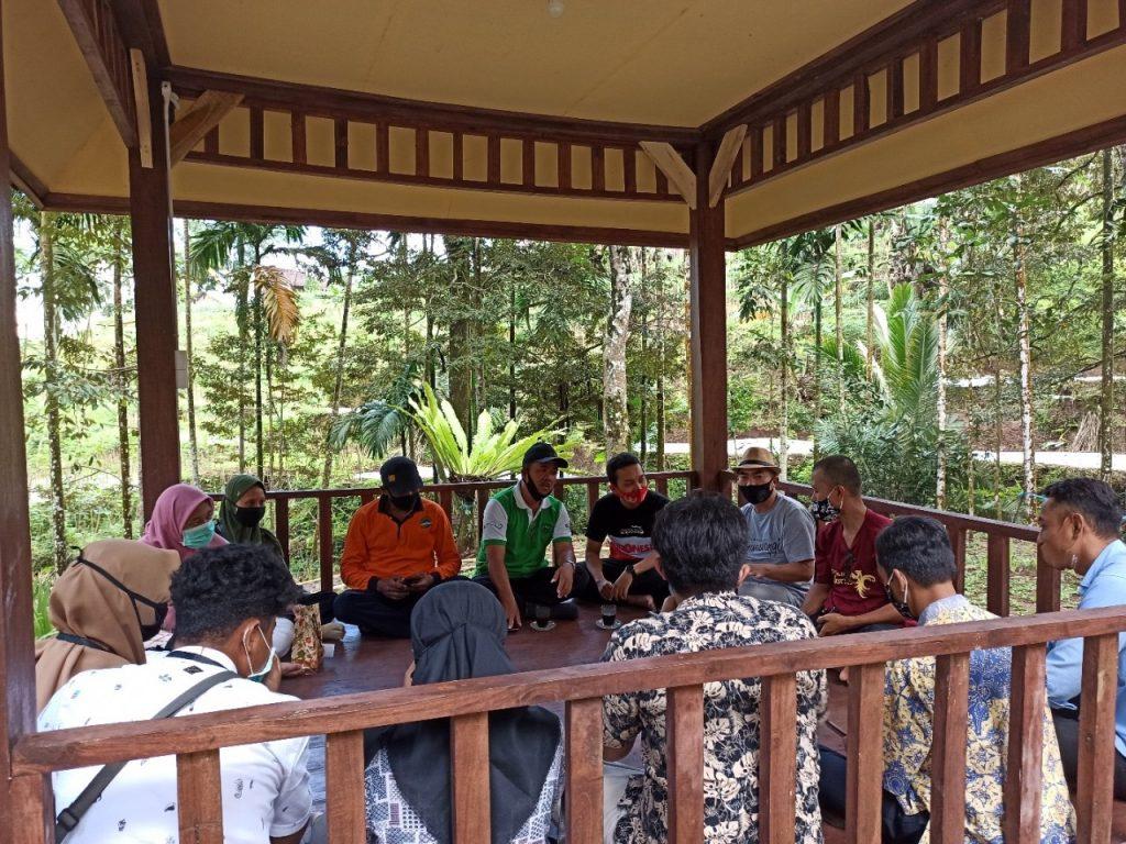 Tim KKN Abmas dari ITS memberikan pelatihan finansial literasi di Desa Kalipait, Kecamatan Tegaldlimo, Kabupaten Banyuwangi
