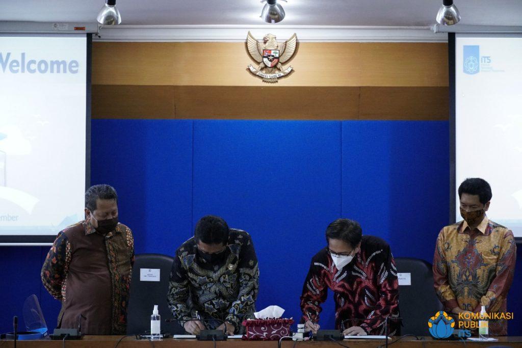 Rektor ITS Prof Dr Ir Mochamad Ashari MEng (dua dari kanan) bersama Rektor UTM Dr Drs Ec H Muh Syarif MSi saat melakukan penandatanganan MoU