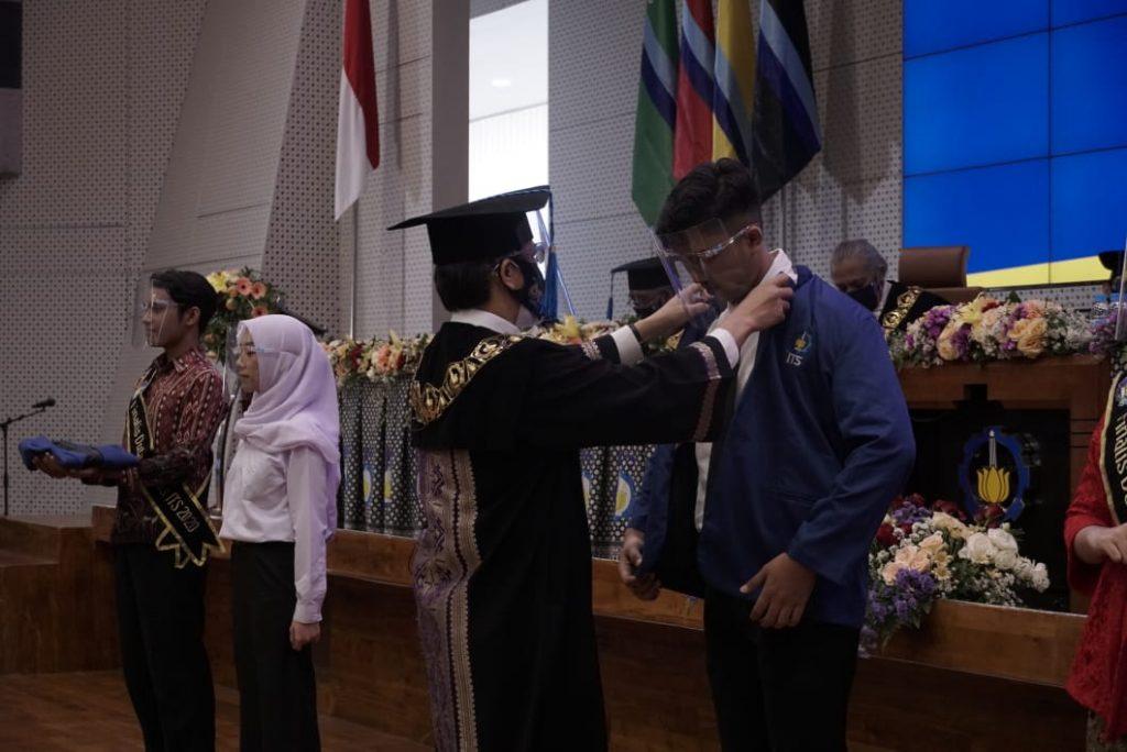 Pemasangan jas almamater secara simbolis oleh Rektor ITS kepada salah satu mahasiswa baru 2020