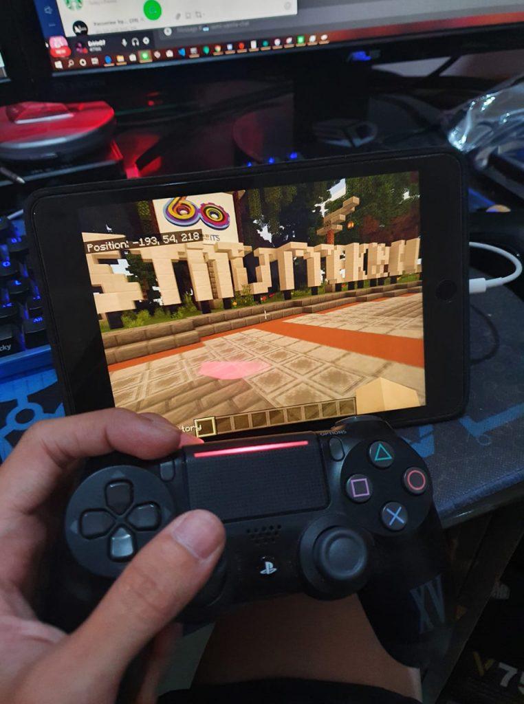 Permainan minecraft juga dapat dimainkan dengan menggunakan ponsel pintar maupun tablet