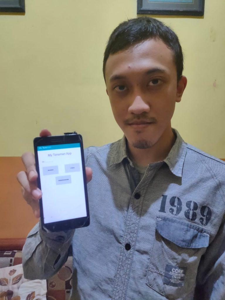 Awang Ivananto Adi menunjukkan aplikasi My Tanaman di ponsel smartphone