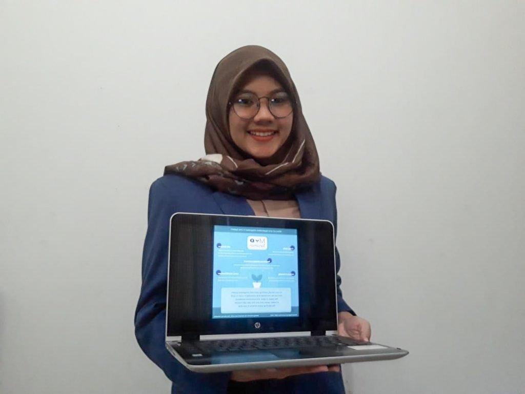 Tiara Bening Salsabila, salah satu anggota tim menunjukkan aplikasi My Tanaman