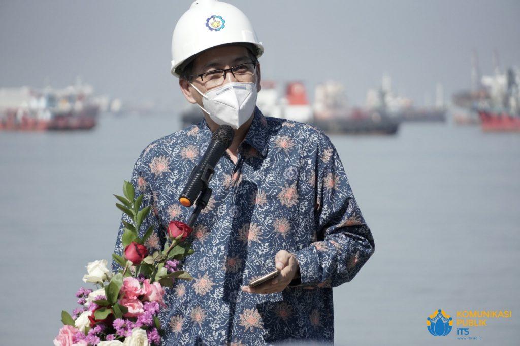 Rektor ITS Prof Dr Ir Mochamad Ashari MEng saat memberikan sambutan soft launching i-Boat di PT Galangan Kapal Madura, Bangkalan