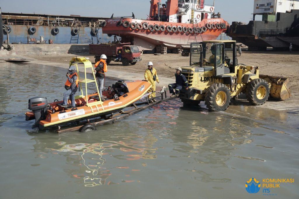 Prosesi pelepasan i-Boat ke laut untuk uji coba saat soft launching
