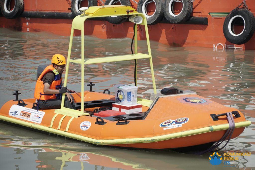 Demonstrasi penyelamatan korban kecelakaan di laut dan dibawa ke pinggir pantai oleh i-Boat