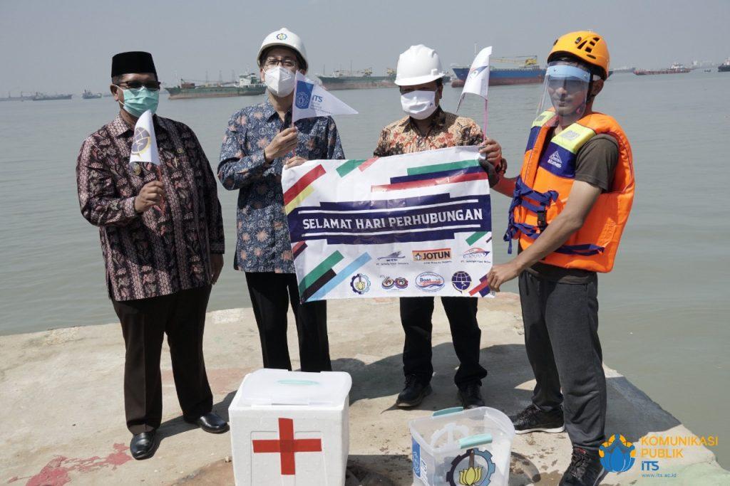 (dari kiri) Wakil Bupati Bangkalan Drs Mohni, Rektor ITS Prof Dr Ir Mochamad Ashari MEng, dan Direktur Utama PT Galangan Kapal Madura Ir Benny saat soft launching i-Boat ITS