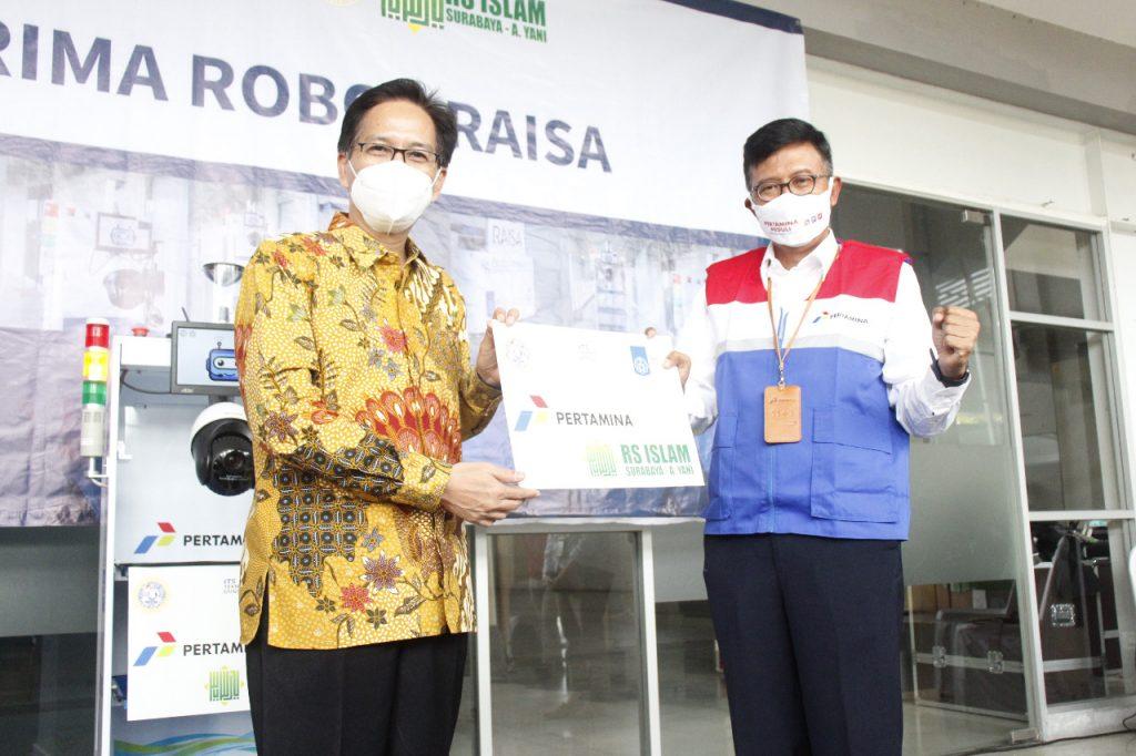 Rektor ITS Prof Dr Ir Mochamad Ashari MEng (kiri) menyerahkan secara simbolis robot RAISA kepada C D Sasongko, General Manager PT Pertamina (Persero) MOR V di Gedung Pusat Robotika ITS