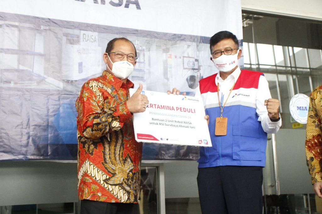 Penyerahan secara simbolik RAISA oleh C D Sasongko, General Manager PT Pertamina (Persero) MOR V (kanan) kepada dr H Samsul Arifin MARS, Direktur RSI Surabaya - Ahmad Yani