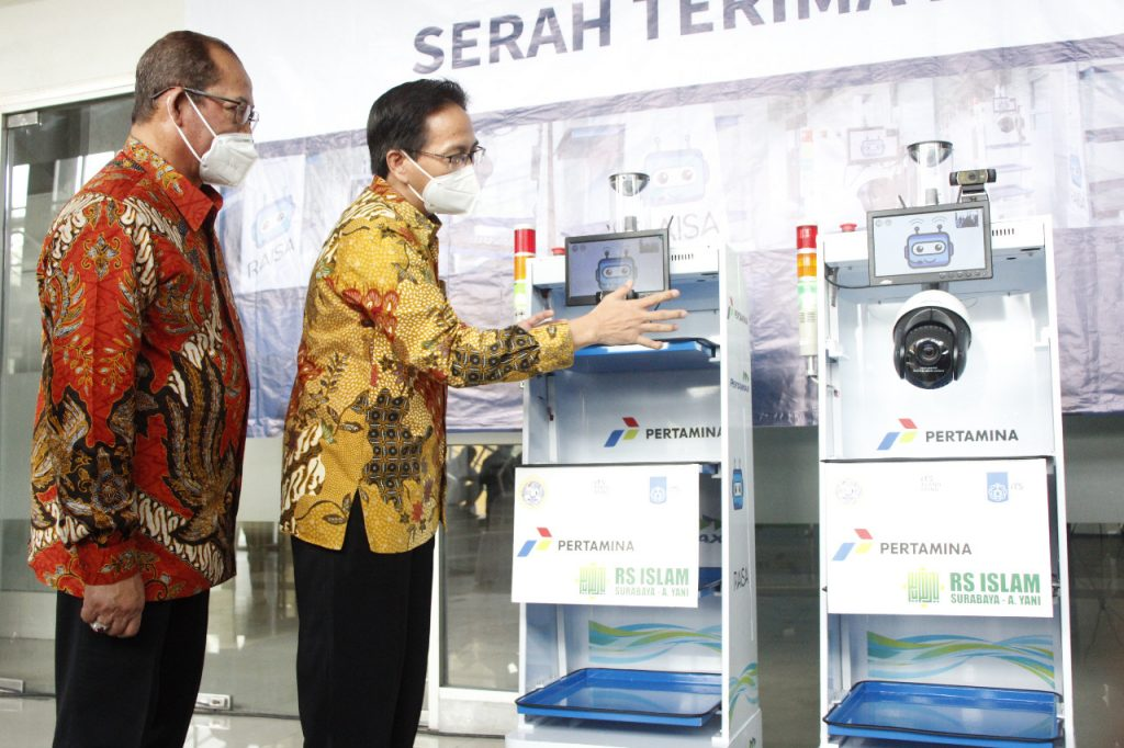Rektor ITS Prof Dr Ir Mochamad Ashari MEng (kanan) saat menjelaskan fitur RAISA kepada Direktur RSI Surabaya - Ahmad Yani dr H Samsul Arifin MARS