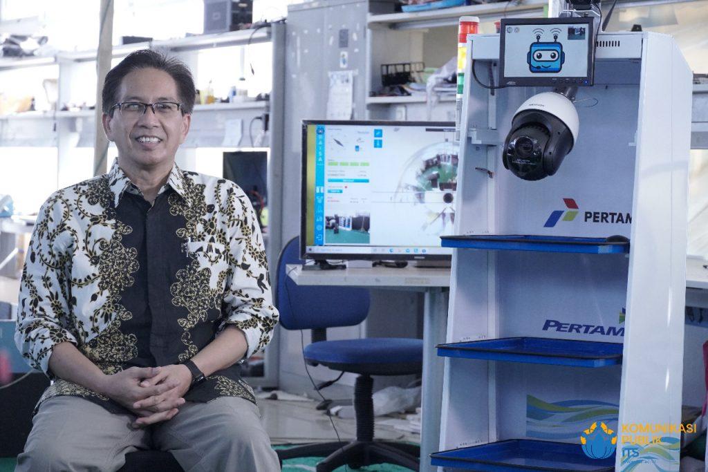 Rektor ITS Prof Dr Ir Mochamad Ashari MEng bersama robot RAISA, salah satu karya ITS berkolaborasi dengan Unair untuk tangani pasien Covid-19