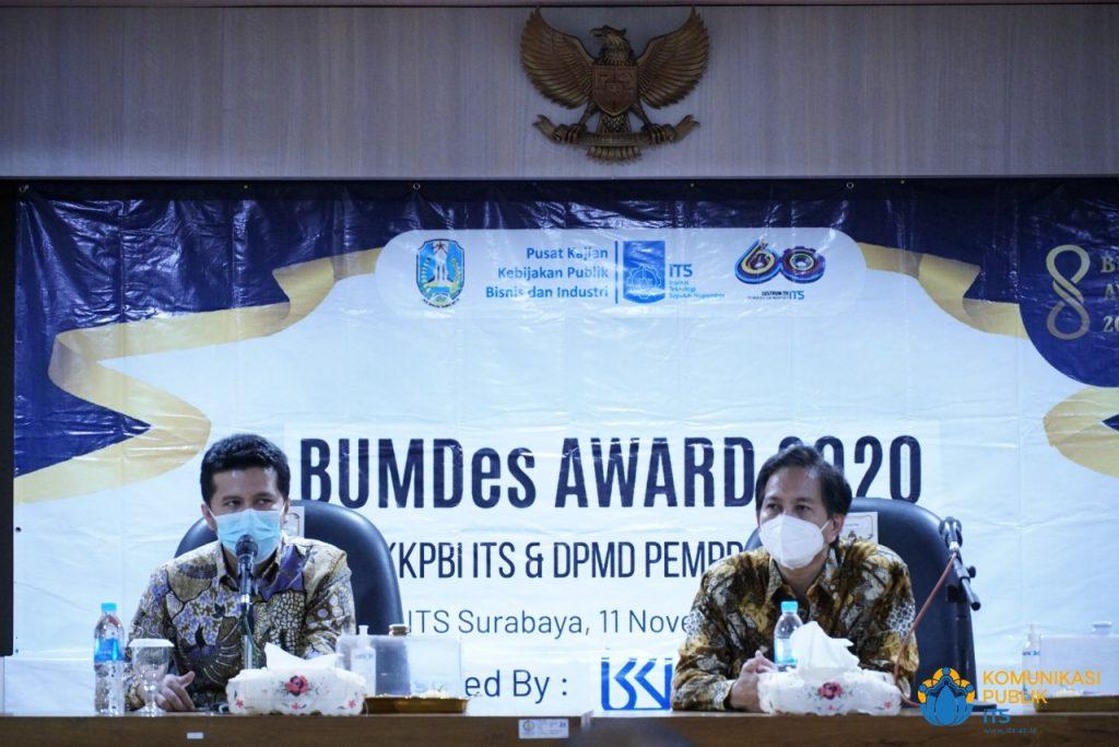 Rektor ITS Prof Dr Ir Mochamad Ashari M Eng (kanan) bersama Wakil Gubernur Jawa Timur Dr H Emil Elestianto Dardak BBus MSc dalam acara BUMDes Award 2020 di Gedung Rektorat ITS