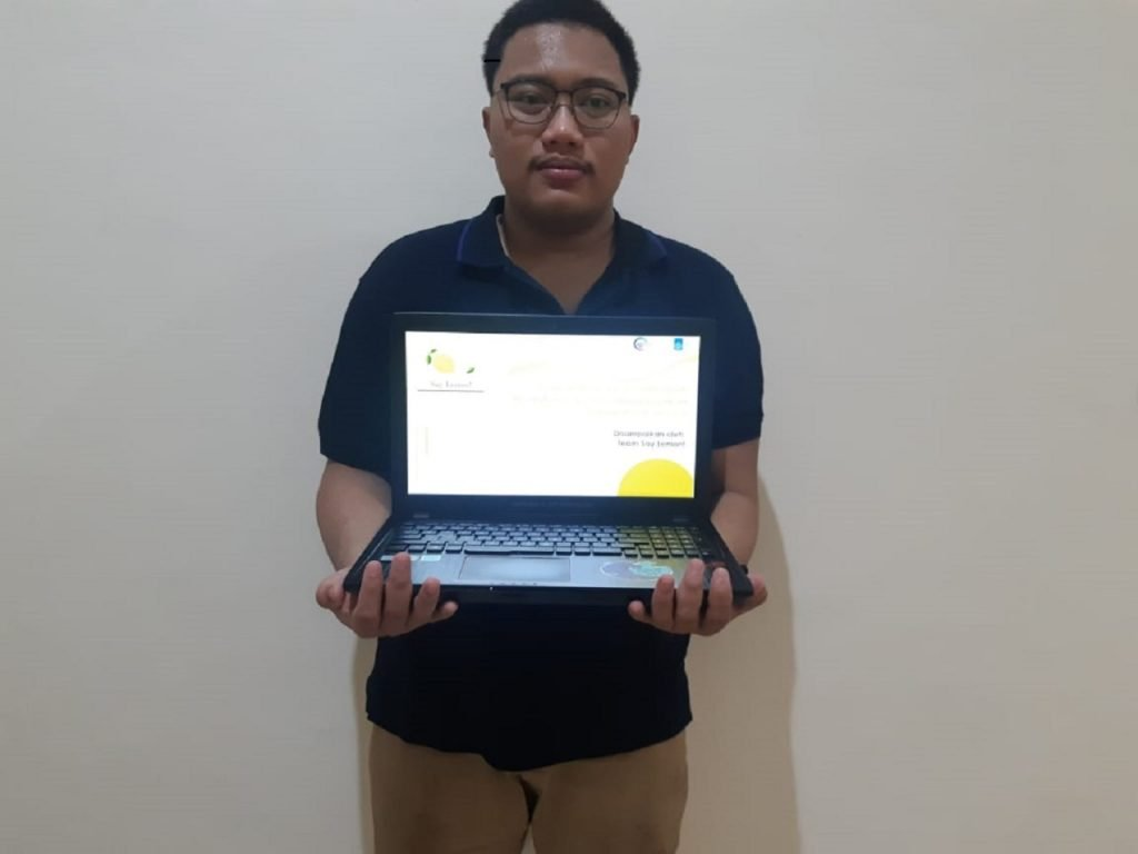 Fauzi Andiari Sya'ban selaku ketua tim saat menunjukkan rancangan bisnis SayLemon