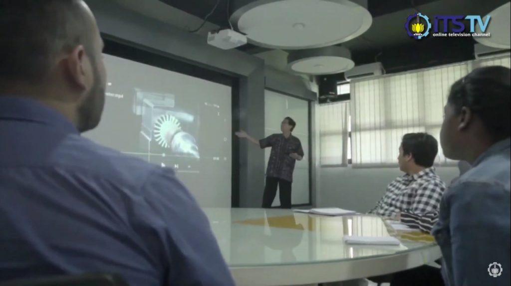 Rektor ITS Prof Dr Ir Mochamad Ashari MEng saat menjelaskan materi perkuliahan kepada mahasiswa di salah satu ruangan Smart Classroom