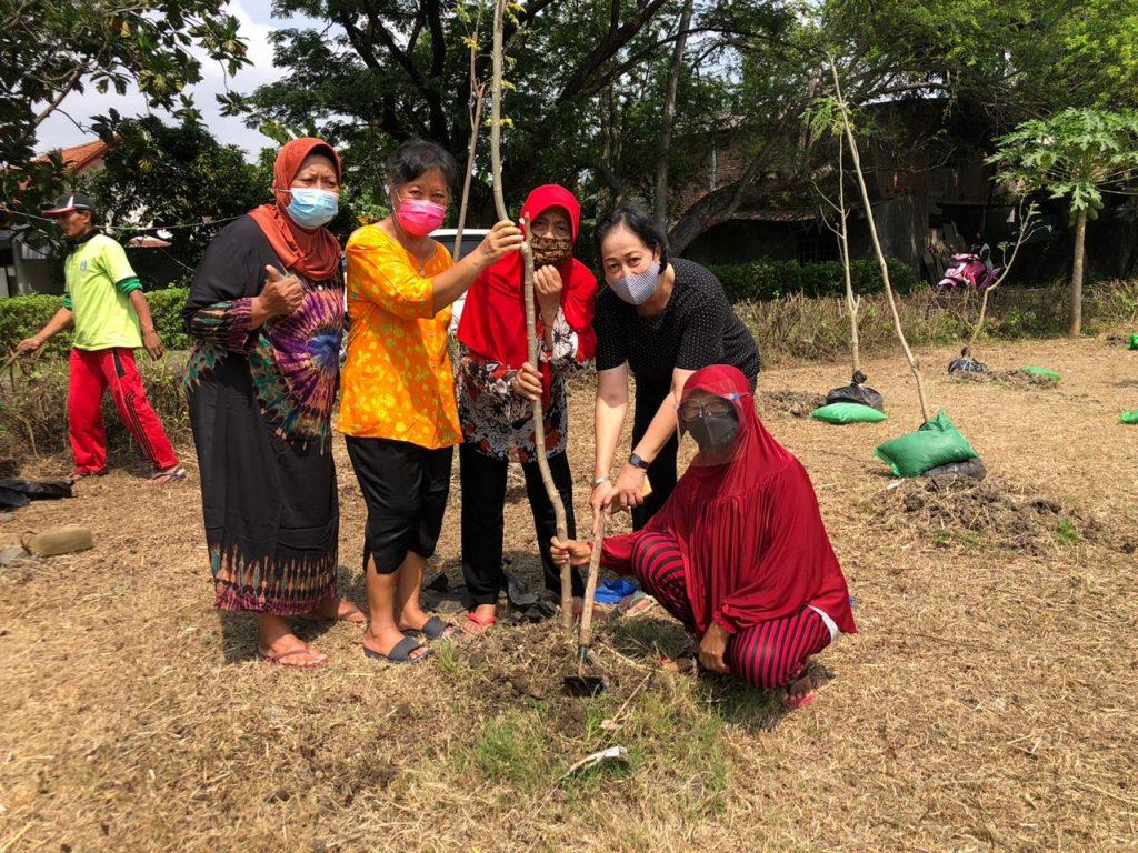 Ibu-ibu anggota Omah Kelor menanam bibit pohon kelor di lahan di sekitar kampus ITS