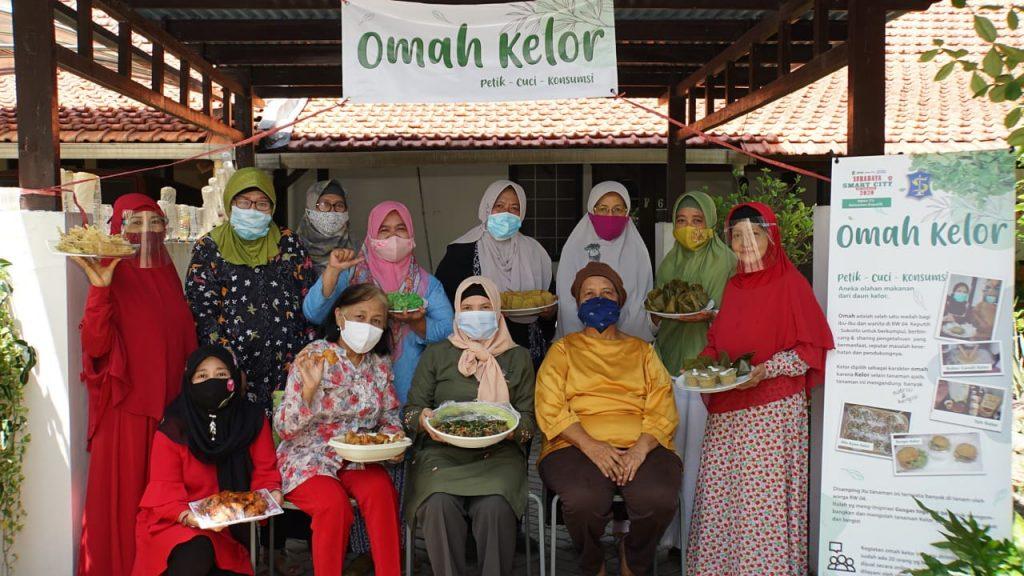 Penggagas Omah Kelor, Murtijas Sulistijowati (baju kuning) bersama para anggota dan makanan hasil olahan Omah Kelor