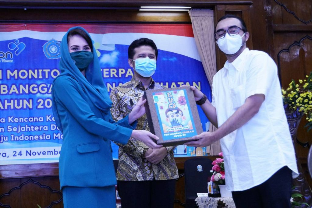 Penyerahan simbolis sumbangan Card Game Palagan yang akan dibagikan kepada masyarakat Jawa Timur