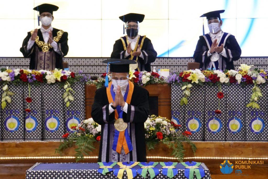 Prof Ridho Bayuaji (depan) usai mengalungkan padaka guru besar sebagai simbol pengukuhannya sebagai profesor di ITS