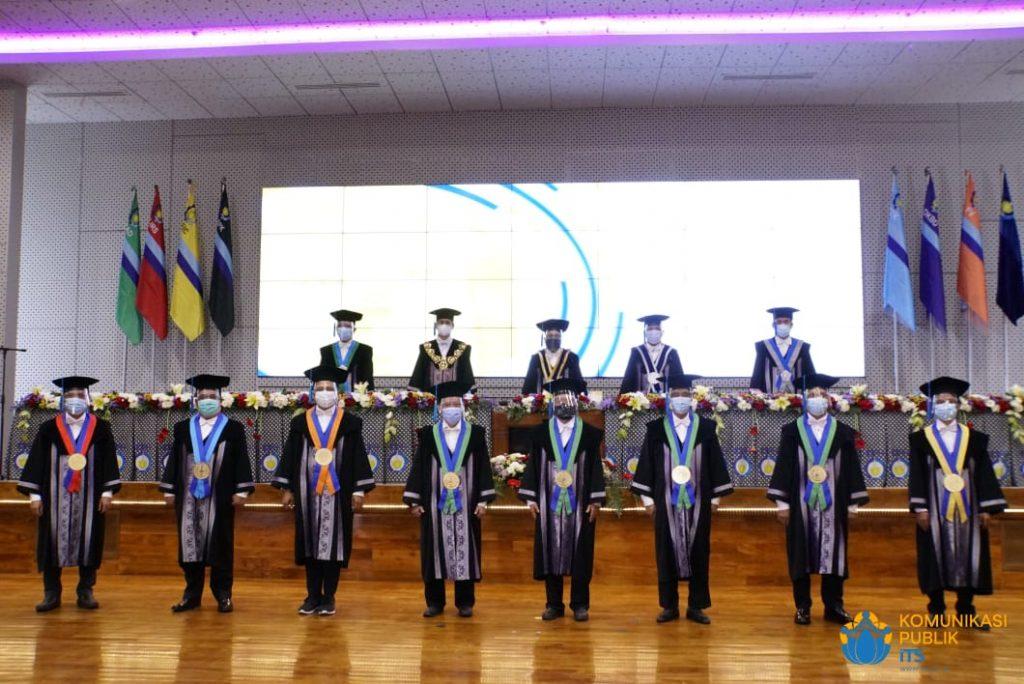 Delapan Profesor baru ITS (barisan depan) yang dikukuhkan bersamaan dalam Sidang Terbuka dan Pengukuhan Profesor di Gedung Research Center ITS