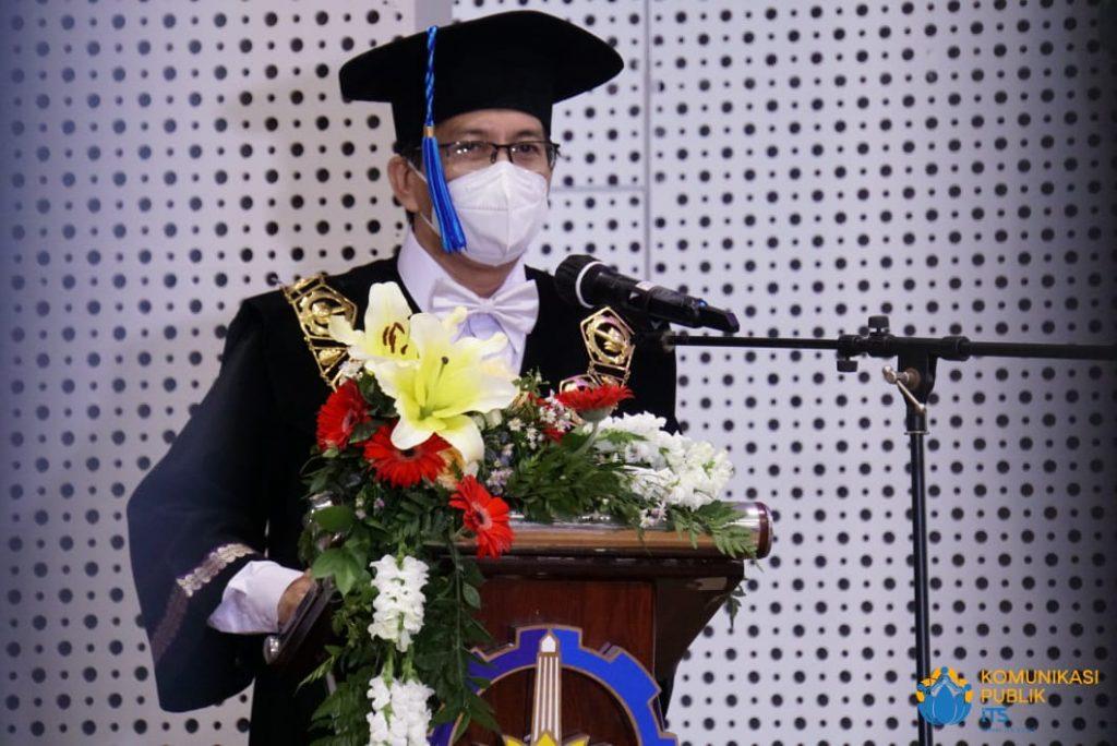 Rektor ITS Prof Ir Mochamad Ashari MEng PhD saat memberikan sambutan dan ucapan selamat atas pengukuhan delapan profesor baru ITS