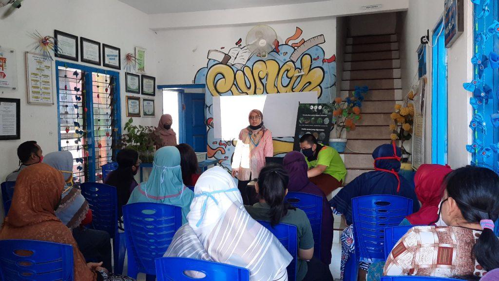 Prof Dr Fahimah Martak MSi (berdiri tengah) saat memaparkan terkait hidroponik kepada warga