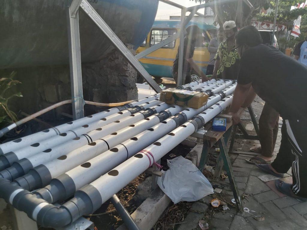 Proses pemasangan instalasi pipa hidroponik