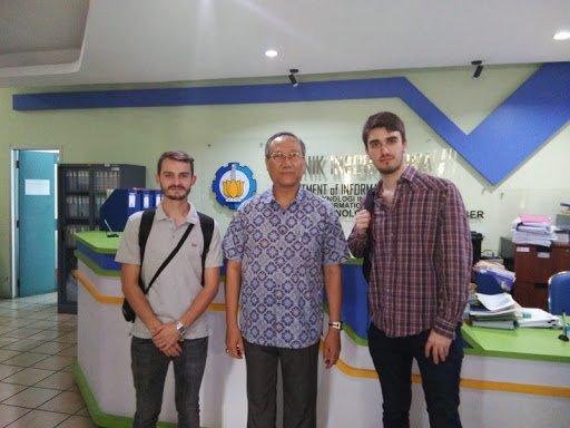 Prof Drs Ec Ir Riyanarto Sarno MSc PhD (tengah) bersama dengan mahasiswa internasional di Departemen Teknik Informatika ITS