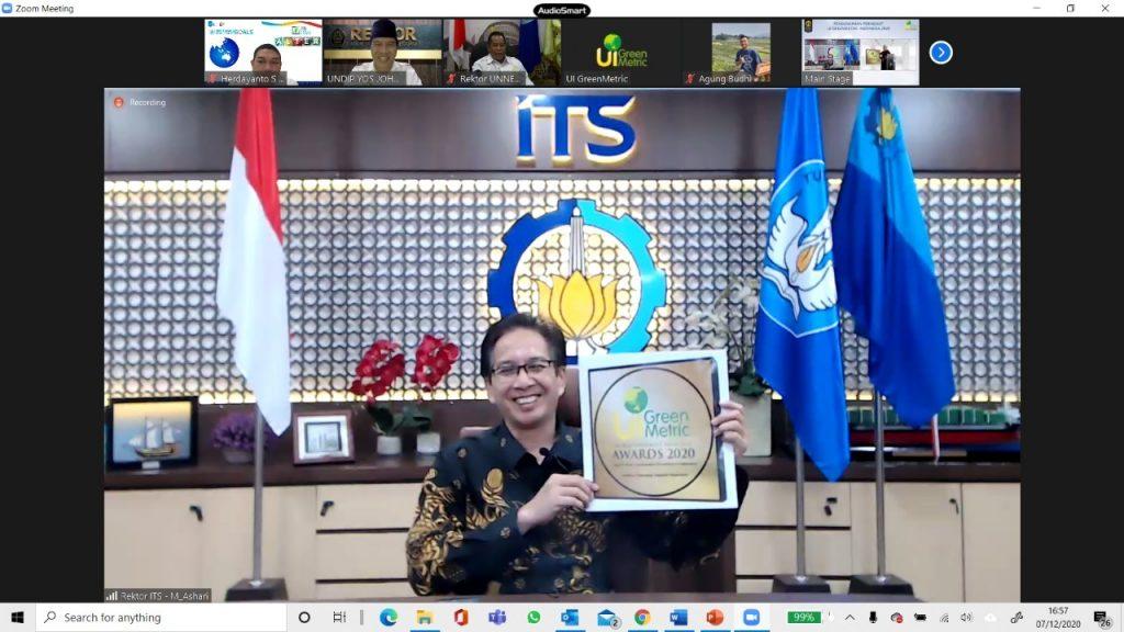 Penghargaan dari UI GreenMetric 2020 yang diterima oleh Rektor ITS Prof Dr Ir Mochamad Ashari MEng
