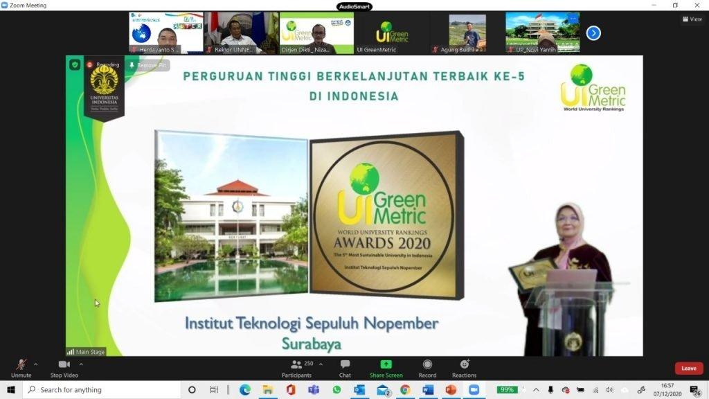 Penghargaan untuk ITS sebagai Perguruan Tinggi Berkelanjutan Terbaik ke-5 di Indonesia yang diberikan UI GreenMetric
