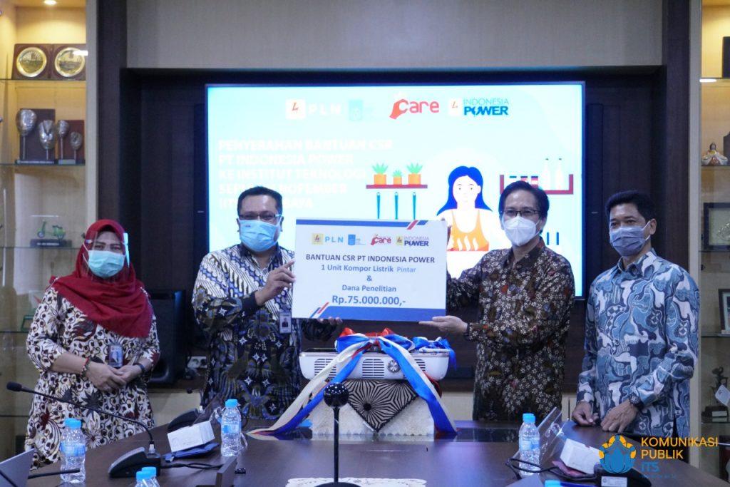 Rektor ITS Prof Dr Ir Mochamad Ashari MEng (dua dari kanan) dan GM PT Indonesia Power Buyung Arianto (dua dari kiri) saat penyerahan kompor pintar dan dana penelitian pengembangannya