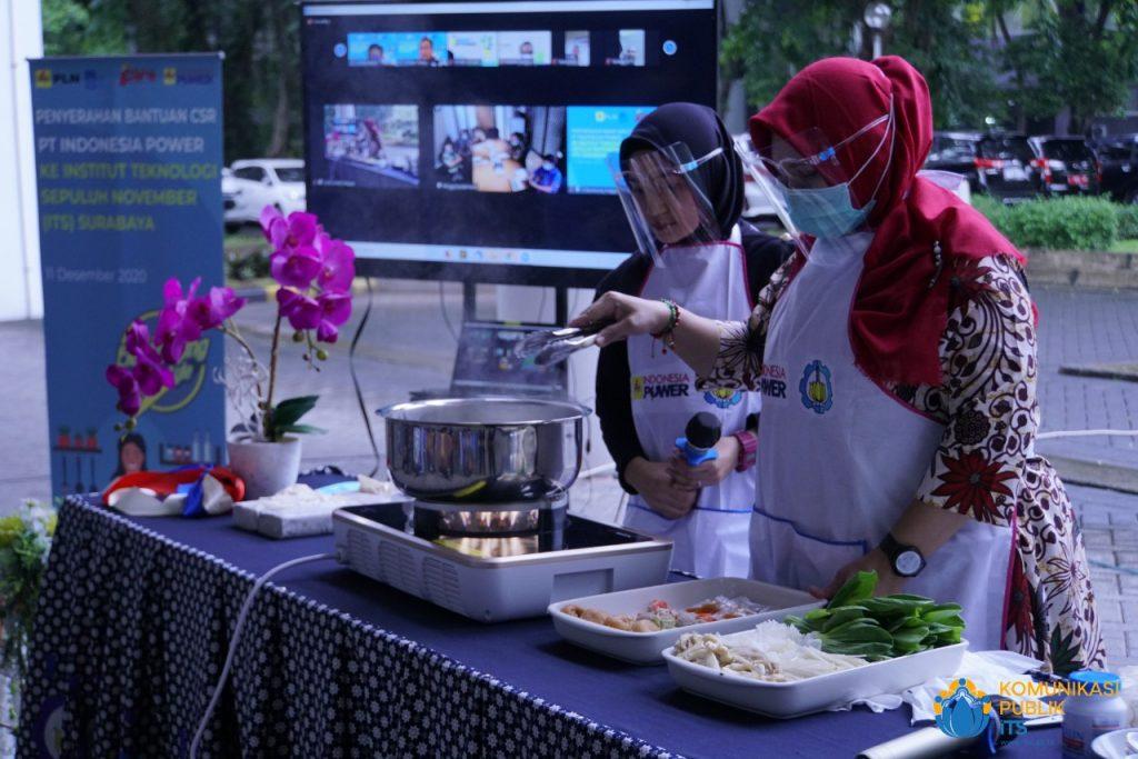 Demo memasak menggunakan unit kompor listrik dari PT Indonesia Power yang diselenggarakan di halaman Gedung Rektorat ITS