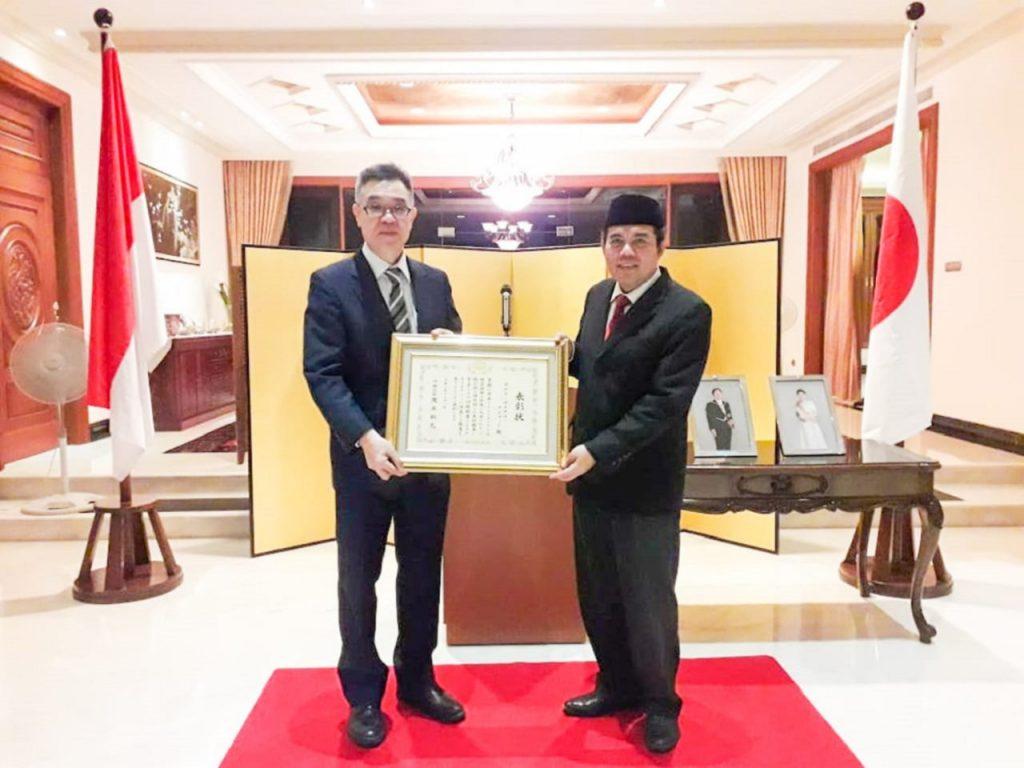 Prosesi penganugerahan piagam penghargaan dari Menteri Luar Negeri Jepang kepada Prof Agus Zainal Arifin dari ITS yang diadakan di Konsulat Jenderal Jepang, Surabaya