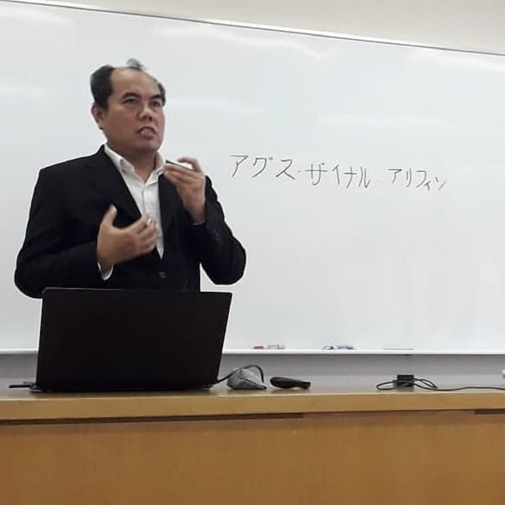 Prof Agus Zainal Arifin ketika mengajar kuliah tamu Image Information Processing di Faculty of Informatics, Kansai University, Osaka
