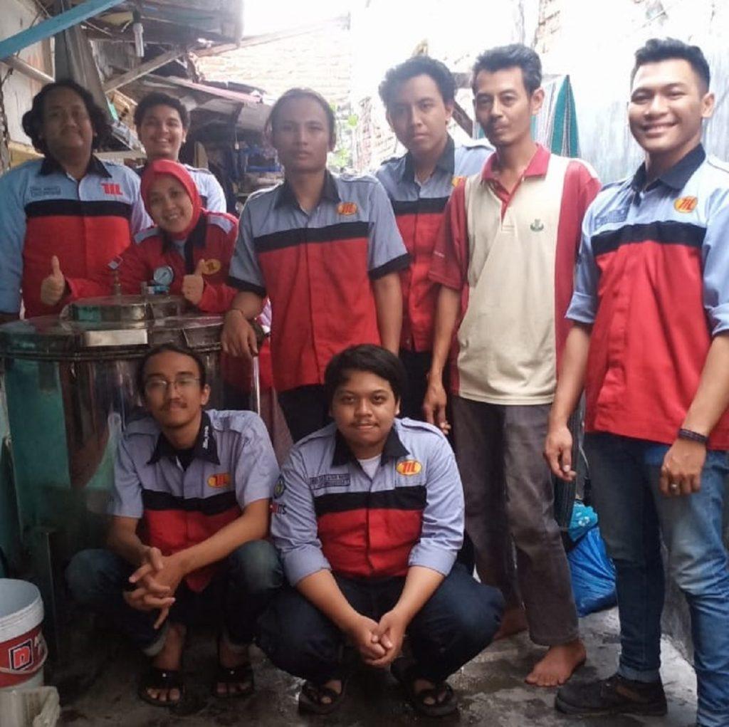Liza Rusdiyana ST MT bersama dengan mahasiswa Kuliah Kerja Nyata (KKN) dari Departemen Teknik Mesin Industri ITS