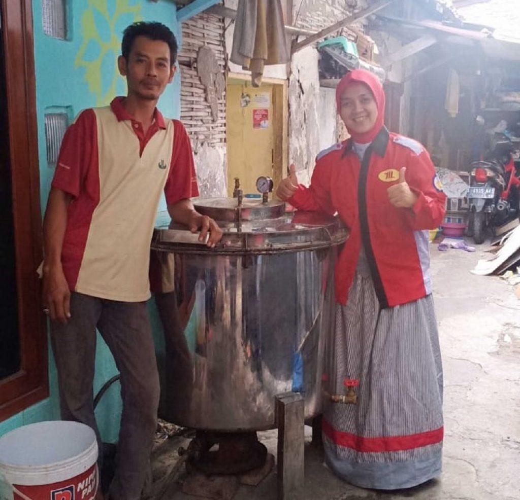 Liza Rusdiyana ST MT (kanan) bersama dengan salah satu pelaku UKM di Kampung Lontong, Surabaya