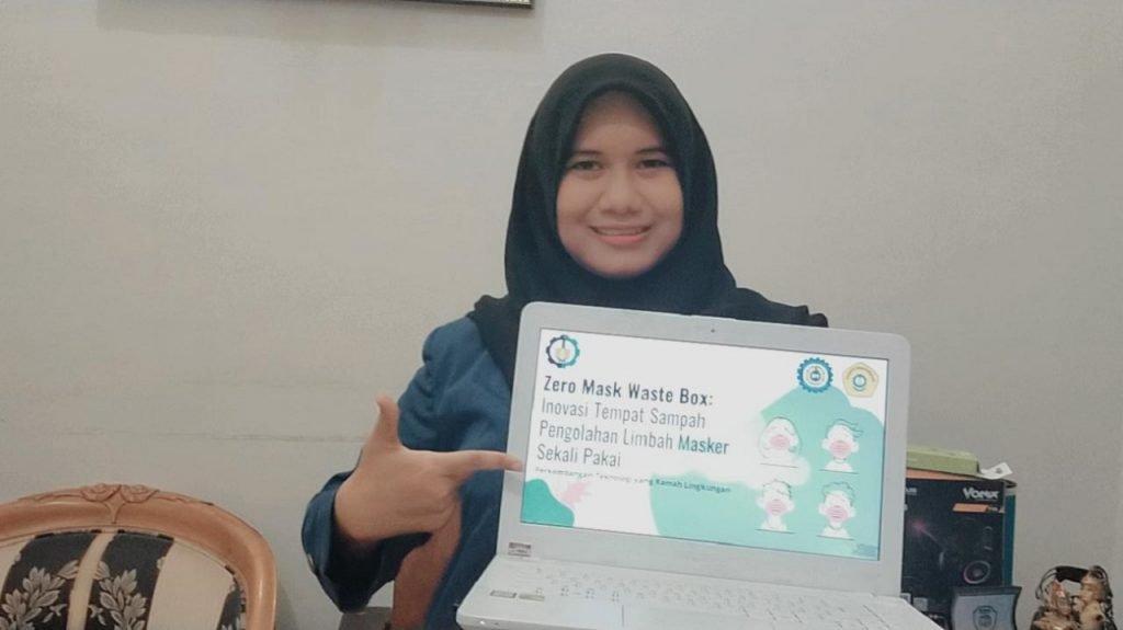 Rosalia Kurniasari selaku ketua tim mahasiswa ITS perancang Zero Mask Waste Box
