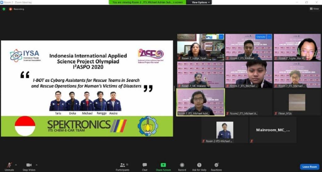 Tim Spektronics ITS saat mempresentasikan inovasi I-BOT dalam kompetisi I2ASPO