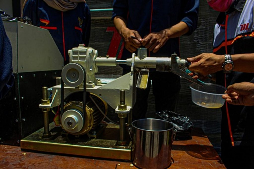 Pengujian alat pengolah biji kemiri menjadi minyak kemiri yang dirancang oleh tim KKN dan Abmas mahasiswa ITS