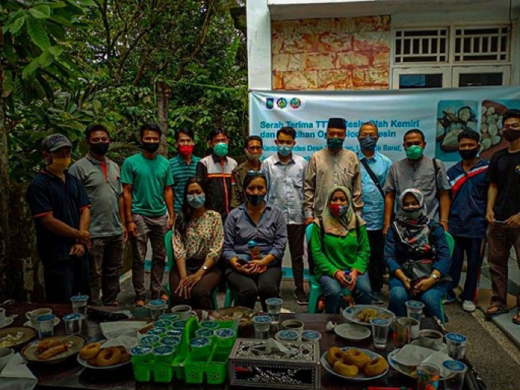 Foto bersama usai Pelatihan dan Pengarahan Operasional Mesin Pengolah Biji Kemiri di Kantor Bumdes Desa Pakuwan, Lombok Barat