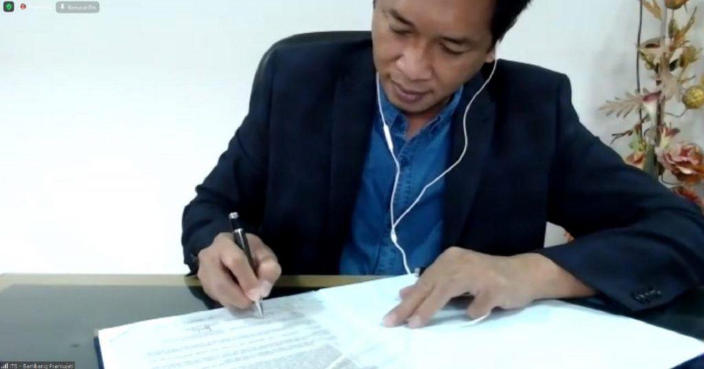 Wakil Rektor IV ITS Bambang Pramujati ST MSc Eng PhD sedang menandatangani Memorandum of Understanding (MoU) kerja sama antara ITS dan CSPC